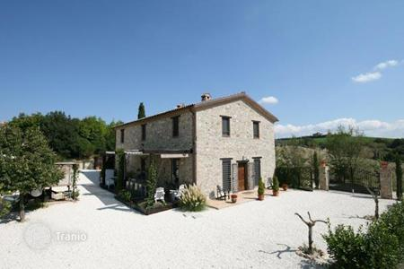 Houses with pools for sale in Avigliano Umbro. Prestigious farmhouse for sale in UMBRIA