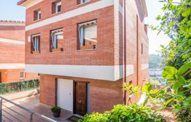 Coastal residential for sale in Costa del Maresme. Cottage with an attic, a spacious terrace and panoramic views in a guarded residential complex with a pool, Sant Andreu de Llavaneres, Spain