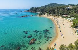 Coastal property for sale in Gerona (city). Large 3-star hotel with sea view in the exclusive zone of Costa Brava, Spain