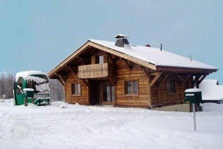 Villas and houses to rent in Arâches-la-Frasse. Well-appointed chalet with 5 bedrooms, 5 bathrooms, a living room with a fireplace and access to the balcony, parking, Flaine, France