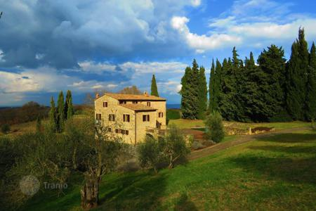 6 bedroom houses for sale in Tuscany. Beautiful villa with pool, Siena, Italy