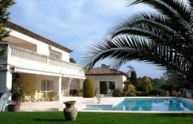 Luxury houses with pools for sale in Valbonne. Beautiful villa with a landscaped garden, a pool and a garage, in a quiet area, Valbonne, France