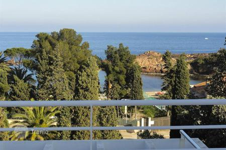 Houses with pools by the sea for sale in Côte d'Azur (French Riviera). Villa for sale with a sea view