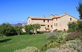 Apartments with pools for sale in Tuscany. Apartment in a farmhouse for sale in Tuscany