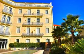 Cheap 1 bedroom apartments for sale in Côte d'Azur (French Riviera). Spacious apartment with a balcony and a sea view, in a secure residence with a swimming pool, Beaulieu-sur-Mer, France