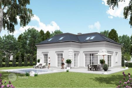 Houses with pools for sale in Austria. Exclusive two-level villa with pool and garden in premium golf club near Vienna