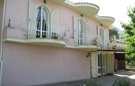 Houses for sale in Montebello di Bertona. Property in Montebello Di Bertona, Pescara. Italy
