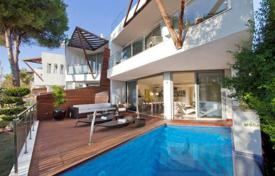 Luxury townhouses for sale in Spain. Comfortable townhouse with a swimming pool in a residence with a concierge and a parking, in a prestigious area, Sierra Blanca, Spain