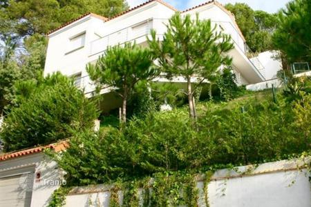 Houses with pools by the sea for sale in Catalonia. Magnificent villa on Costa Brava