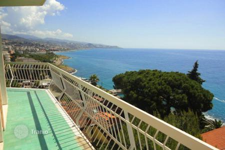 3 bedroom apartments by the sea for sale in Italy. Cozy three bedroom apartment with a panoramic garden terrace facing the sea, in San Remo