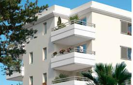 Apartments with pools for sale in France. Apartment with a balcony, in a luxurious residence with a garden, a pool and a parking, close to the sea, Juan-les-Pins, Antibes, France