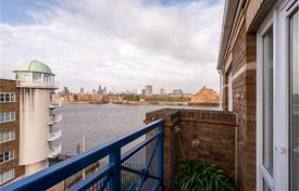 Penthouses for sale in the United Kingdom. Furnished penthouse with a balcony and an attic, with panoramic views of the river, on the south bank of the Thames in Rotherhithe, London