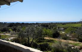 Residential for sale in Pescoluse. Villa with a fireplace, terraces along the entire perimeter, a garden, a guest house and a sea view, Pescoluse, Italy