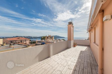 Cheap residential for sale in Côte d'Azur (French Riviera). Spacious apartment with a terrace and a balcony with sea views in Villefranche-sur-Mer, France