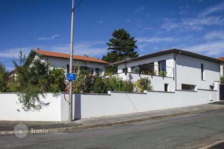 Houses with pools for sale in Aquitaine. Modern and spacious house in Biarritz in a lovely area called Klebert. Walking distance to the beach and city center