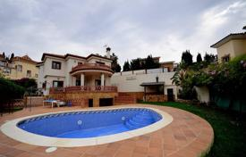 A brand new, very modern detached villa is located in a quiet and charming urbanization for 625,000 €
