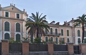 2 bedroom apartments by the sea for sale in Bordighera. Magnificent apartment in one of the oldest buildings in Bordighera, just 50 meters from the beach