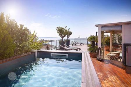 Luxury apartments with pools for sale in Côte d'Azur (French Riviera). Magnificent penthouse with 160 m² roof terrace in exceptionnal place in Cannes