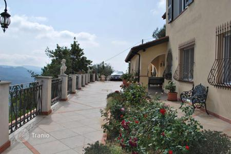 Residential for sale in Dolceacqua. Two-storey villa with a porch and a large terrace close to the sea and the city center, Dolceacqua, Liguria, Italy
