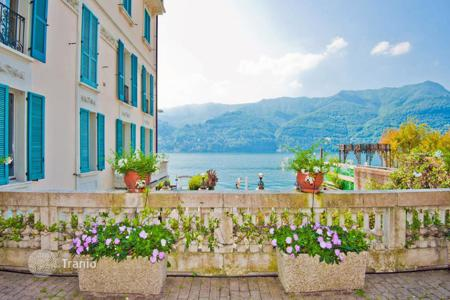 Apartments with pools for sale in Lombardy. Apartments in the new house on the bank of the lake Como with the pool