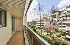 Residential for sale in Boulogne-Billancourt. Fully renovated apartment, with balcony and views of the garden, near the Bois de Boulogne, Paris