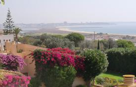 3 bedroom apartments for sale in Faro. Spacious 3 bedroom apartment with communal pool and panoramic sea views, Meia Praia, Lagos