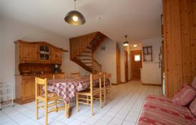 Property for sale in Haute-Savoie. Cozy two-storey apartment with a mountain view and a terrace, Morzine, France