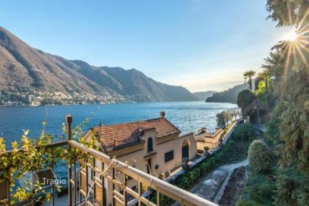 6 bedroom houses for sale in Lake Como. Magnificent villa of the early 1900s with its own marina and a view of Lake Como