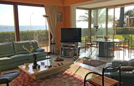 Apartments with pools by the sea for sale in France. Luxury apartment with a garden, a swimming pool and a sea view, 50 meters from the sea, Cannes, France