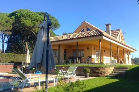 Houses with pools for sale in Barcelona. Villa – Barcelona, Catalonia, Spain