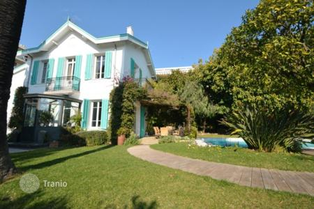 Luxury 4 bedroom houses for sale in Côte d'Azur (French Riviera). Provençale villa — Excellent condition — Close to the beach