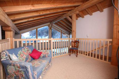 Villas and houses to rent in Arâches-la-Frasse. A spacious chalet with 8 bedrooms and bathrooms, a living room with a fireplace, a swimming pool, a jacuzzi and a sauna, Flaine, France