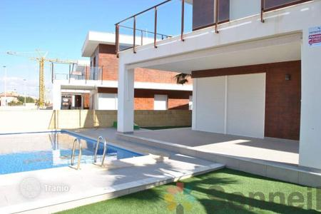 Townhouses for sale in Gran Alacant. Beautiful detached houses featuring 4 bedrooms and private pool in Gran Alacant