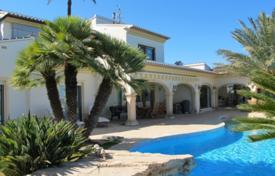 Luxury 4 bedroom houses for sale in Moraira. Detached house of 4 bedrooms with infinity pool and gym in Moraira