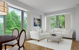 Property for sale in North America. Apartment with a balcony in a residence with a concierge and a gym, in the prestigious area of the Upper East Site, New York