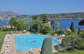 Apartments with pools for sale in Villefranche-sur-Mer. Three-level apartment with stunning sea views, Villefranche-sur-Mer, Côte d'Azur, France