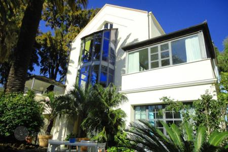 4 bedroom houses by the sea for sale in Italy. Modern villa in Ospedaletti