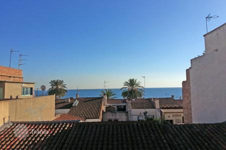 Cheap 3 bedroom apartments for sale in Catalonia. Apartment for sale on the second sea line in the center of Premia de Mar