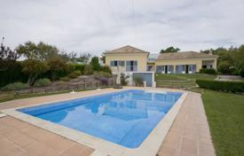 Houses with pools for sale in Setubal. Villa with a large plot of land and a pool, Setúbal, Portugal