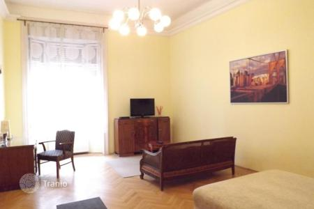 Property for sale in District V (Belváros-Lipótváros). Spacious apartment in the 5th district of Budapest, Hungary. Building with elevator, high ceilings, windows overlook the street