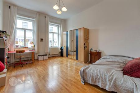 3 bedroom apartments for sale in Hungary. Three-bedroom apartment in a historic building in the 6th district of Budapest — Terézváros