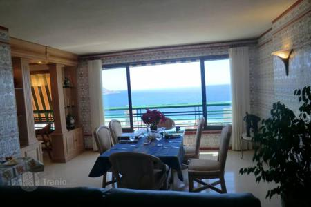 Coastal residential for sale in Benidorm. Apartment with a terrace, in a residence with a pool, a tennis court and a view of the sea, at 400 m from the beach, Benidorm, Costa Blanca