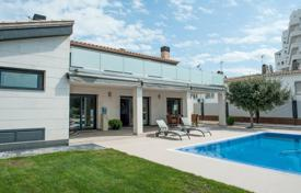 Luxury houses with pools for sale in Costa Brava. Two-storey villa with a pool and a private jetty, on the largest canal of Rosas, in the prestigious area of Santa Margarita, Spain