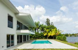 Houses with pools for sale in North America. Two-level villa with a pool and a garden on Sparling Lake, Miami, Florid