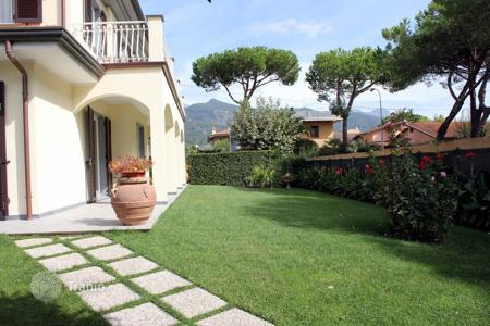 3 bedroom villas and houses by the sea to rent in Italy. Villa – Forte dei Marmi, Tuscany, Italy