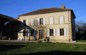 Houses for sale in Gers. Comfortable villa with a pool, a garden and a barn, in the heart of the picturesque village, Gers, France