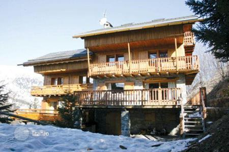4 bedroom villas and houses to rent in Meribel. Modern and stylish chalet with parking in the ski resort of Meribel, France