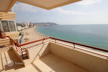 3 bedroom apartments by the sea for sale in Valencia. Apartment with a spacious terrace and panoramic sea views in a residential complex with pool and parking, 20 m from the beach, in Benidorm