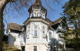 Luxury residential for sale in Vienna. Century-old villa with a pool, a garden and a pond in Döbling, Vienna