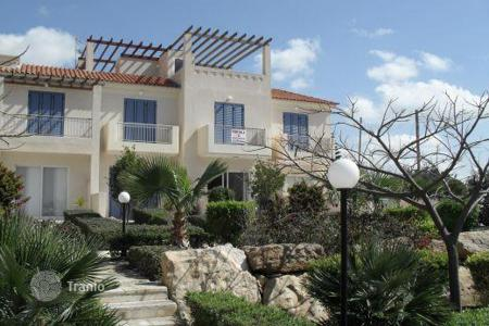 Coastal townhouses for sale in Paphos. Located on the outskirts of Peyia, only 1km from the many amenities and restaurants in Pey